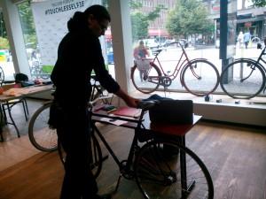 David J Hare med en King Cykel